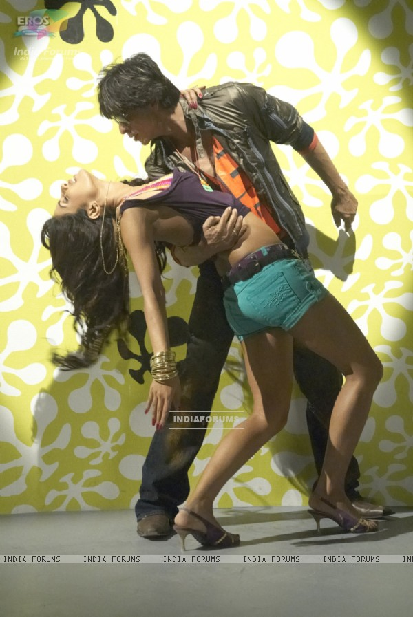 Shahrukh and Priyanka dancing together
