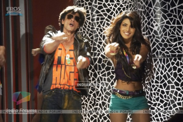 Priyanka and Shahrukh dancing (11090)