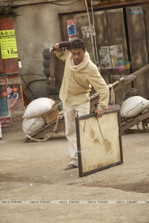 Irfan carrying his stuff in Billu Barber (11117)