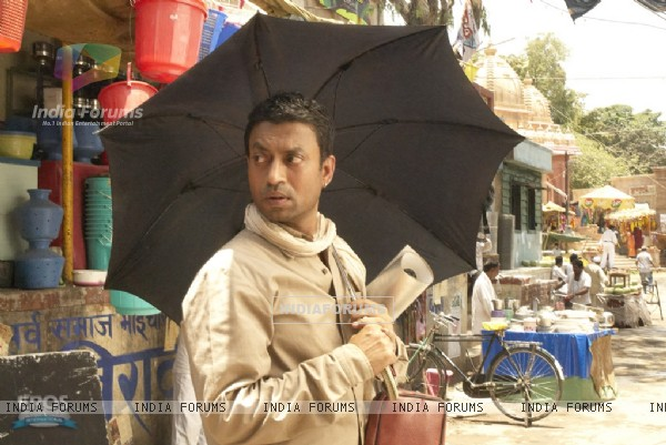 Irfaan Khan with a umbrella (11128)