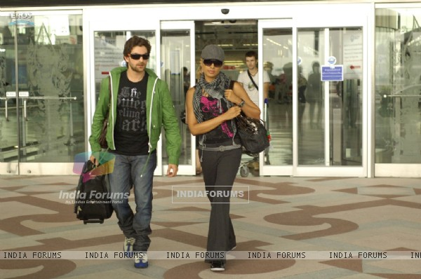 Neil and Bipasha coming out from the airport (11169)