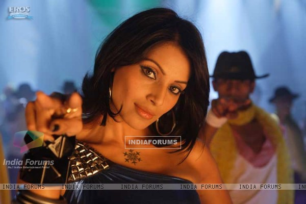 Beautiful Bipasha in Aa Dekhen Zara