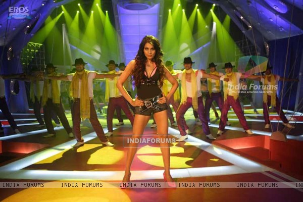 Bipasha dancing on the song Aa Dekhen Zara