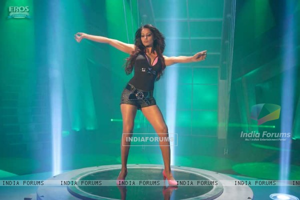 Bipasha dancing on the center of a dance floor