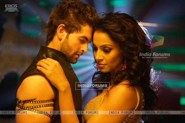 Neil and Bipasha romantic scene (11247)