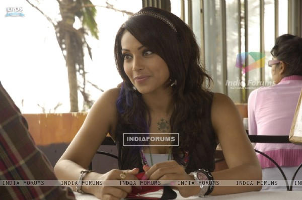 Bipasha Basu sitting with a man (11259)