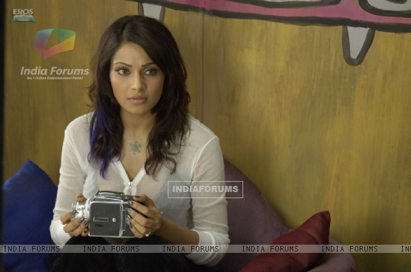 Bipasha looking shocked in Aa Dekhen Zara