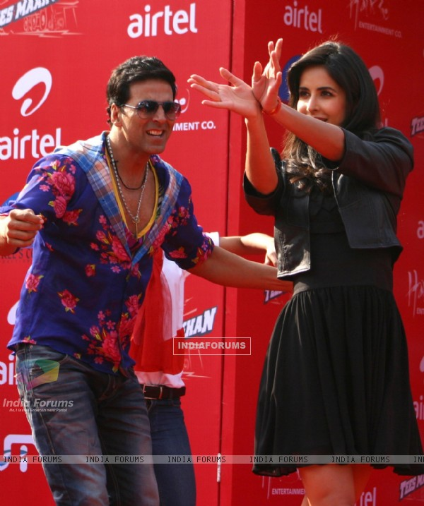"Akshay Kumar and Katrina Kaif dancing in public in New Delhi to promote their film ""Tees Maar Khan''"