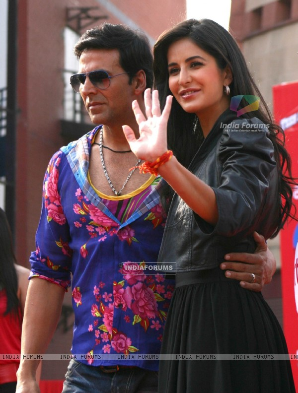 "Akshay Kumar and Katrina Kaif dancing in public in New Delhi to promote their film ""Tees Maar Khan"""