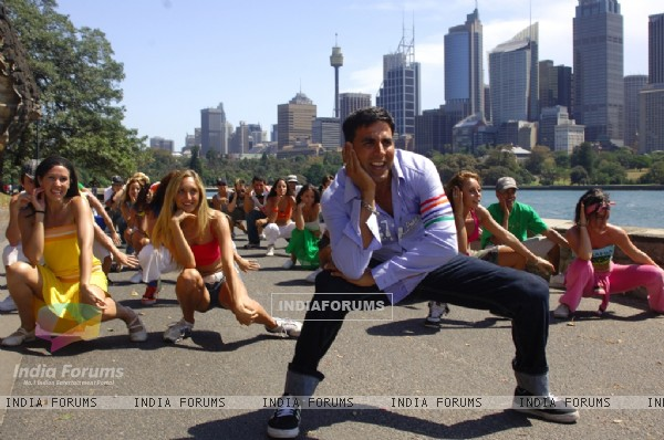 Akshay kumar dancing with the girls