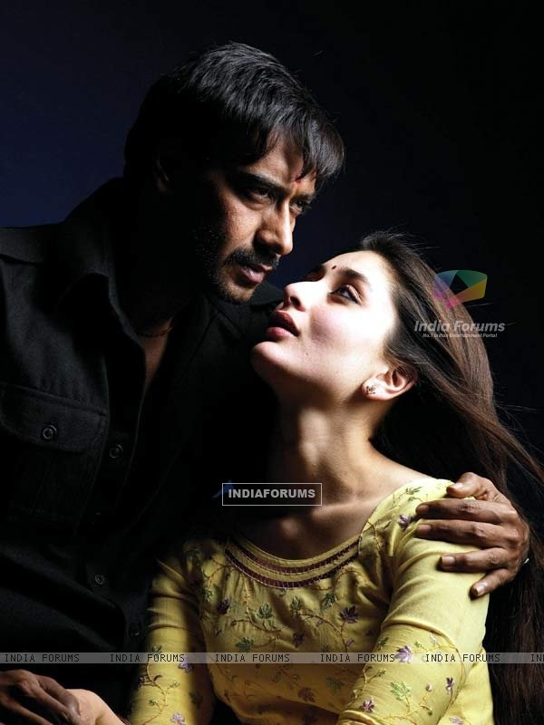 Romantic scene of Kareena and Ajay Devgan