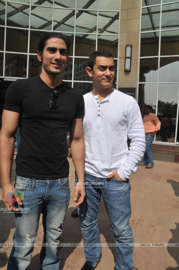 Aamir Khan and Prateik Babbar at the Unveiling of Dhobi Ghat's First Look, Andheri (114050)