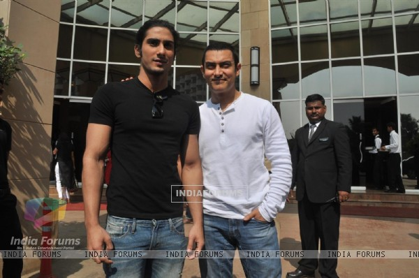 Aamir Khan and Prateik Babbar at the Unveiling of Dhobi Ghat's First Look, Andheri (114052)