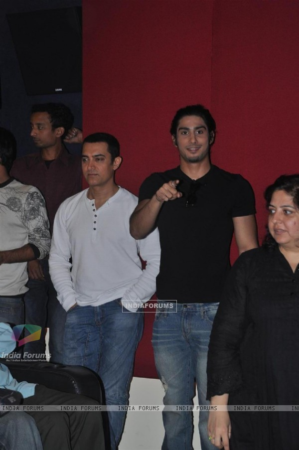 Aamir Khan and Prateik Babbar at the Unveiling of Dhobi Ghat's First Look, Andheri (114053)