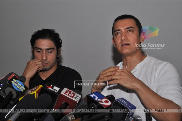 Aamir Khan and Prateik Babbar at the Unveiling of Dhobi Ghat's First Look, Andheri (114062)