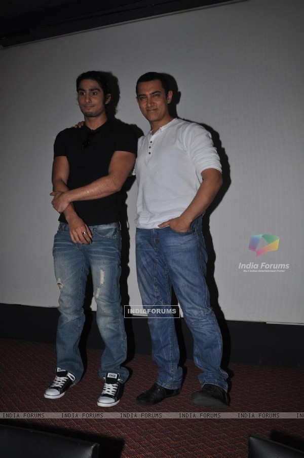 Aamir Khan and Prateik Babbar at the Unveiling of Dhobi Ghat's First Look, Andheri (114064)