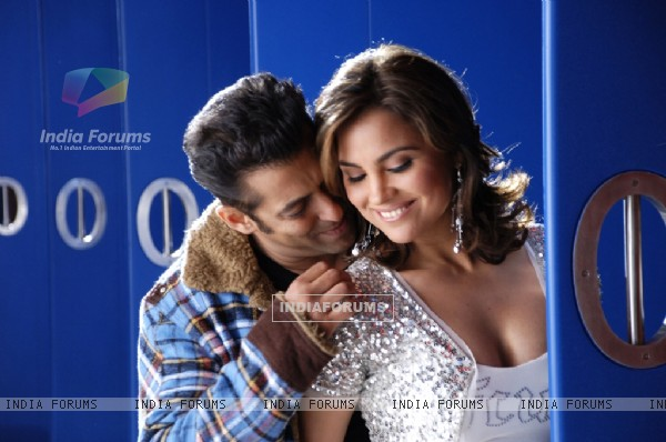 Romantic scene of Salman Khan and Lara Dutta