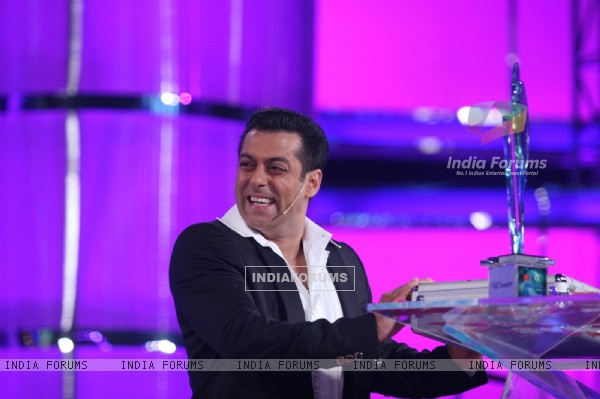 Salman Khan with prize money at Finale of Bigg Boss 4