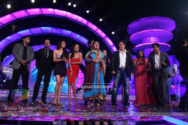 Salman Khan with all the contestant at Finale of Bigg Boss 4
