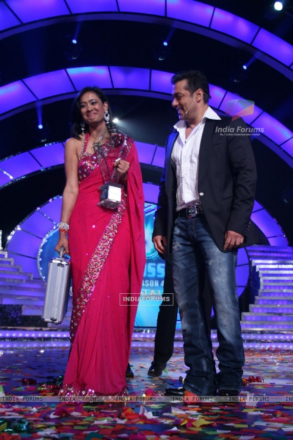Shweta Tiwari with prize money and trophy at Finale of Bigg Boss 4