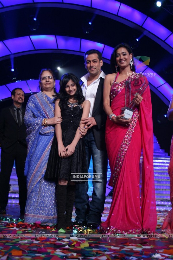 Shweta Tiwari and her Family with Salman Khan at Finale of Bigg Boss 4