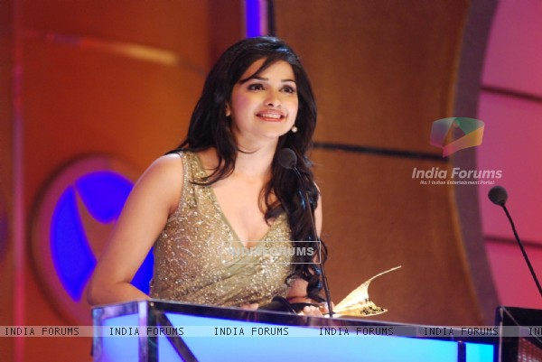 Prachi Desai wins best supporting actor award at the 6th Apsara Awards