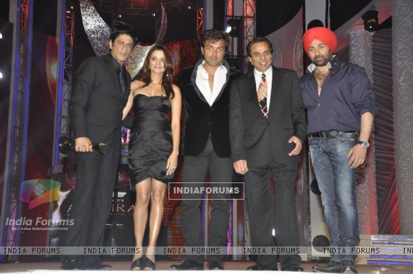 Shahrukh Khan, Bobby Deol, Dharmendra and Sunny Deol at Apsara Awards Night at BKC, Mumbai. .