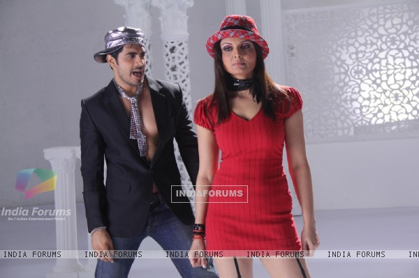 Deepshika and Keshav in the movie Yeh Dooriyan (116095)