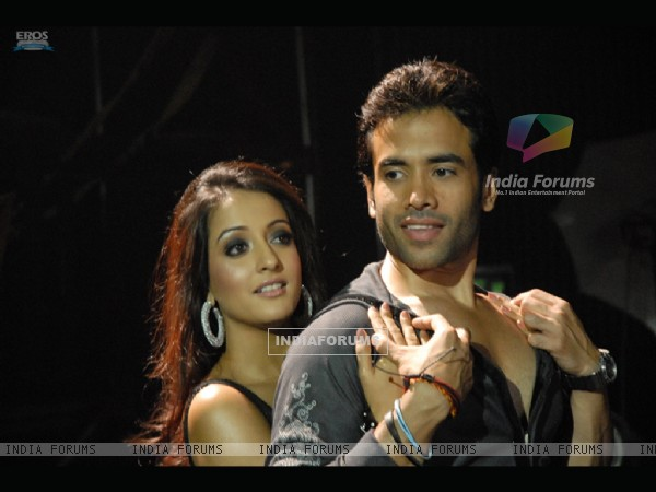 Raima Sen hugging Tusshar from behind