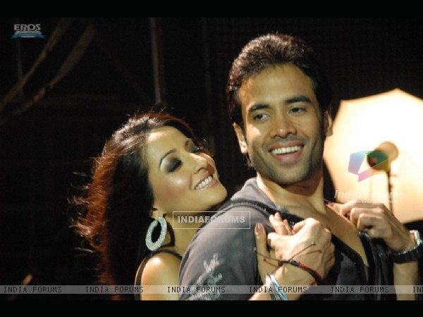 Romantic scene of Tusshar and Raima