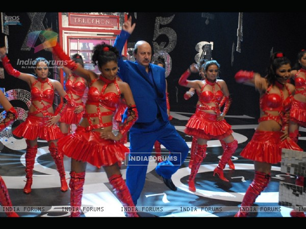 Anupam Kher dancing on the stage