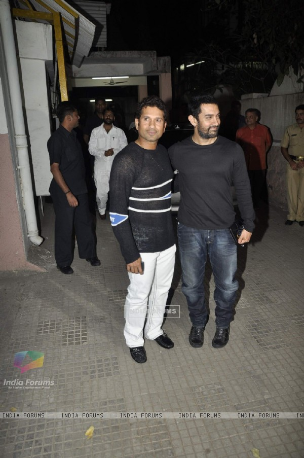 Aamir Khan and Sachin Tendulkar bond at 'Dhobi Ghat' screening. . (117421)
