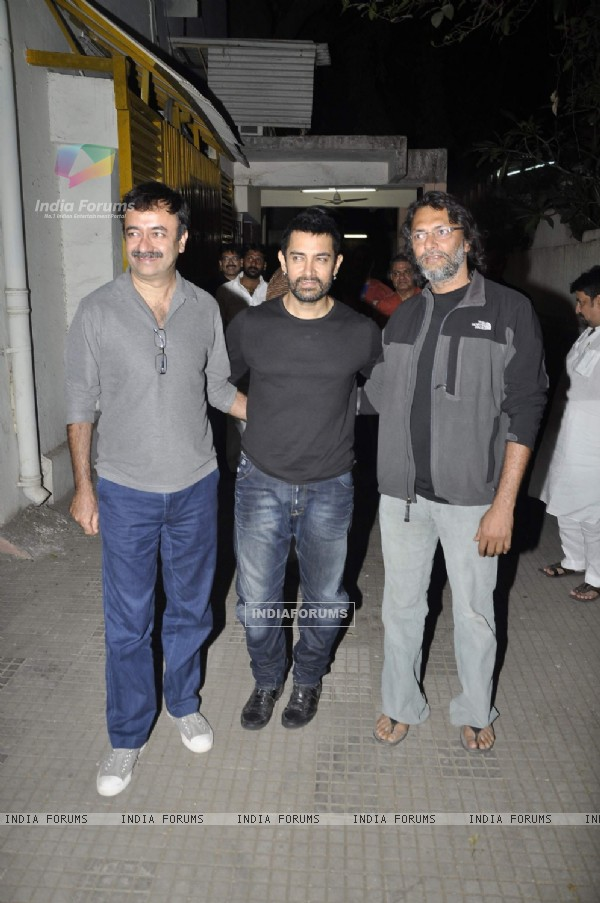 Aamir Khan at 'Dhobi Ghat' screening with Rajkumar Hirani and Rakeysh Omprakash Mehra. .