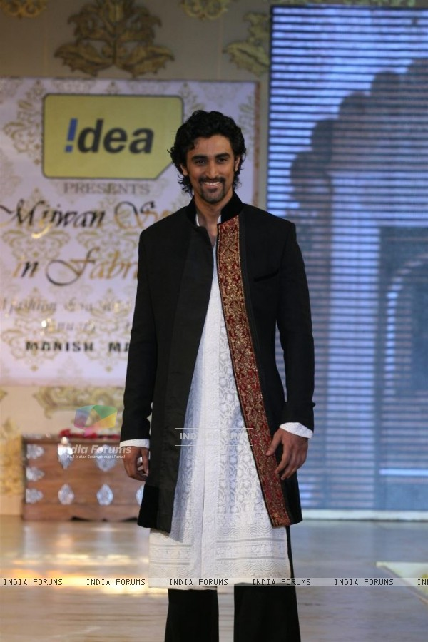 Kunal Kapoor walks the ramp for Shabana Azmi's charity show 'Mizwan'