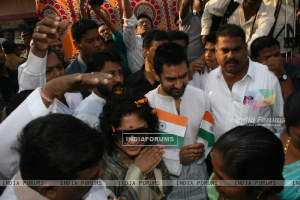 Aamir and Kiran celebrate Republic Day at Dhobi Ghat in Mumbai (118228)