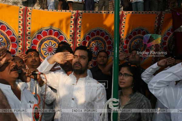 Aamir and Kiran celebrate Republic Day at Dhobi Ghat in Mumbai (118231)