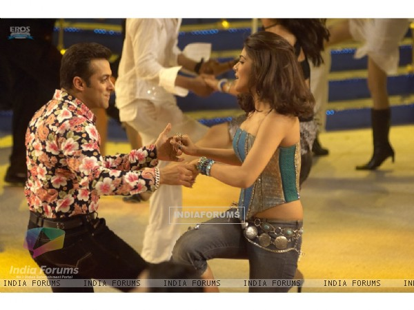 A cute scene of Salman and Priyanka