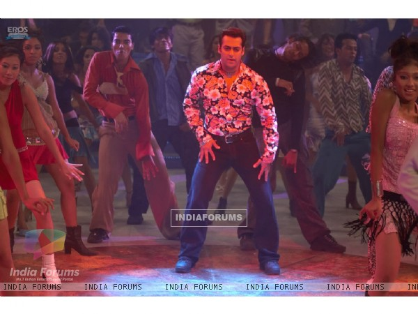 Salman Khan rock the floor