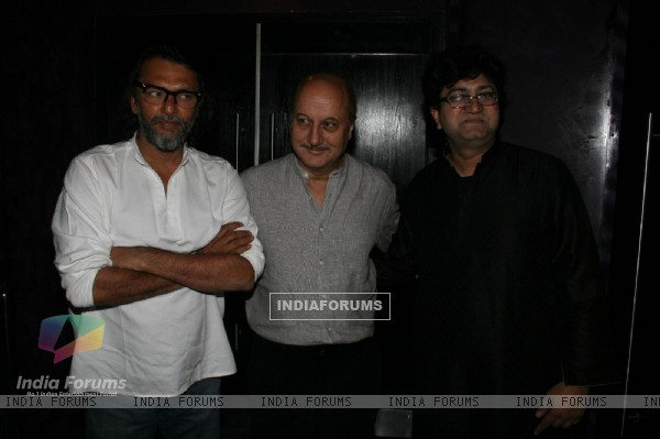Rakeysh, Anupam and Prasoon at 'Rang De Basanti' team celebrates its 5th year with special screening (118460)