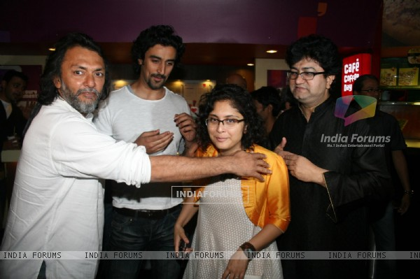 Rakeysh, Kunal, Kiran and Prasoon at 'Rang De Basanti' team celebrates its 5th year with special scr (118461)
