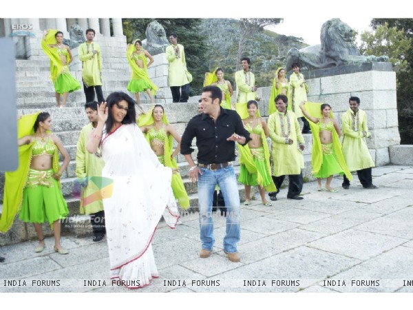 Salman and Priyanka are dancing