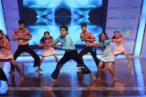 Contestants perfoming on Chak Dhoom Dhoom 2 - Team Challenge