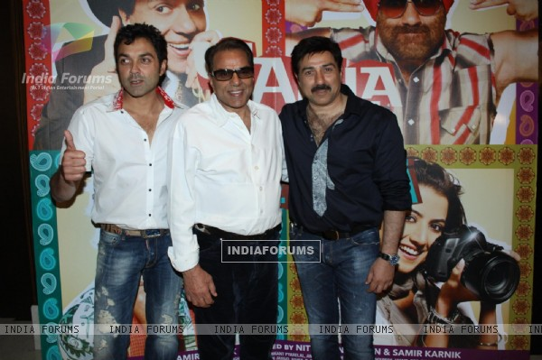 Dharmendra with his sons Sunny and Bobby Deol at Yamla Pagla Deewana Film success party