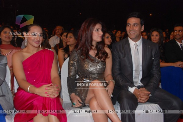 Sonakshi Sinha, Twinkle Khanna and Akshay Kumar at Stardust awards 2011at Bandra. .
