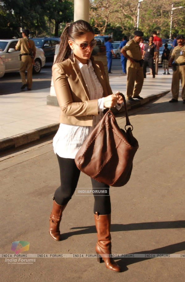 Kareena Kapoor leaves to join Saif Ali Khan in Bhopal at Domestic Airport, Mumbai. .