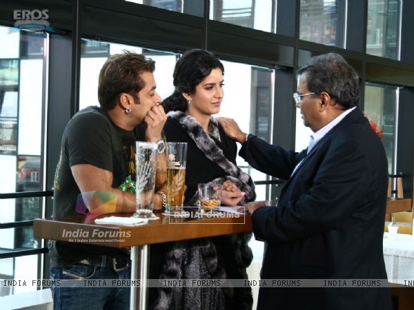 Salman and Katrina listening to Subhash Ghai