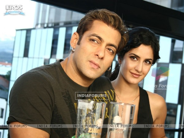 Salman and Katrina looking someone (12322)