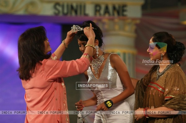 Zeenat Aman putting the crown to a winner at Grand Finale of Indian Princess 2011-12