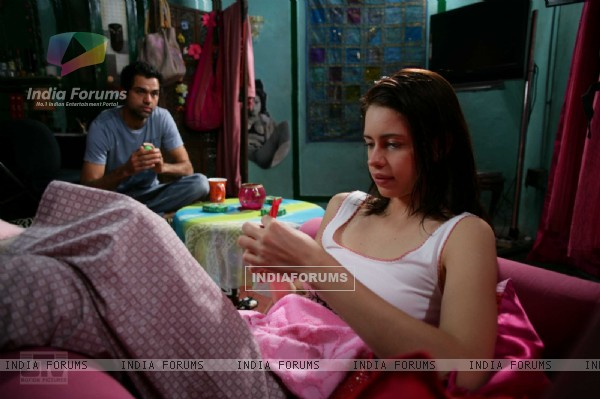 Kalki Koechlin with Abhay Deol in Dev D