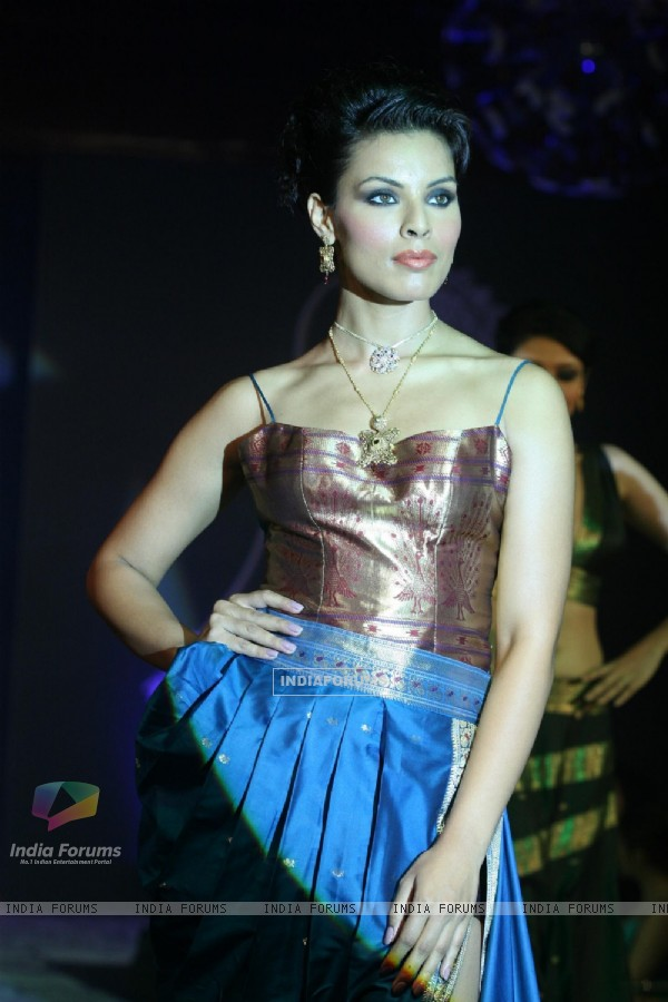Model walks the ramp for Waman Hari Pethi Jewellery show at Novotel